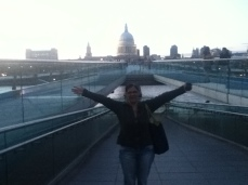 Mom na Millennium Bridge com a St.Paul no fundo .